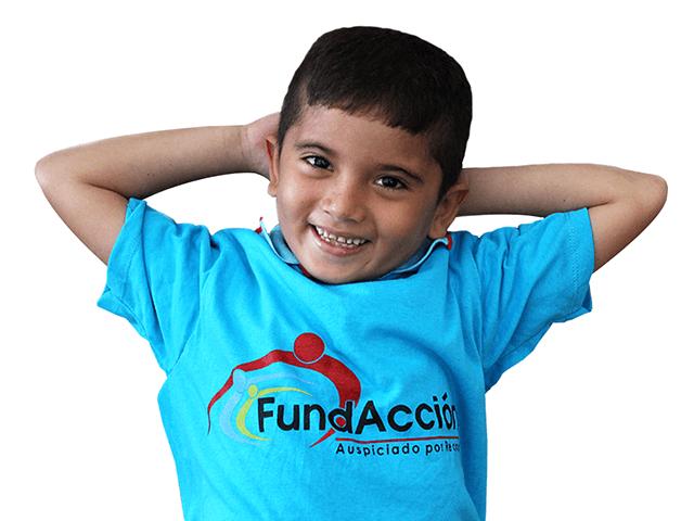 Niño usando una camiseta con el logo de Fundacción